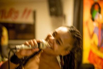 Jovem negra com microfone