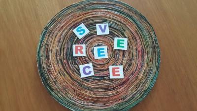 letras recortadas sobre círculo de palha