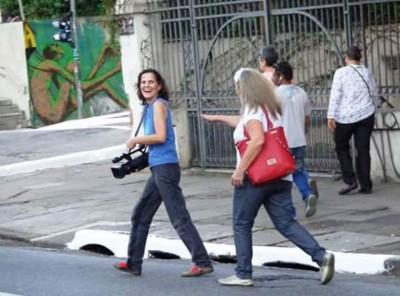 Maria Angélica Lemos com câmera de vídeo
