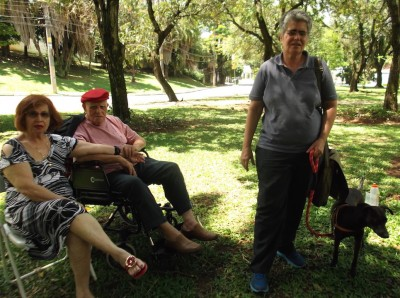 Mãe, pai, eu na praça Vicentina de Carvalho