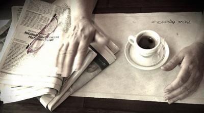 mãos femininas na mesa de café