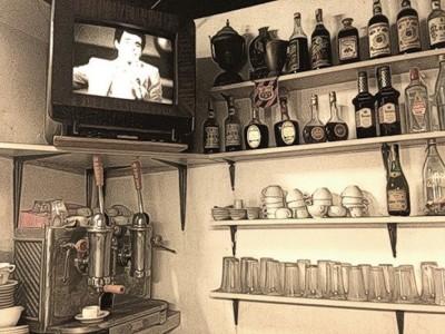 TV de tubo em prateleira de bar