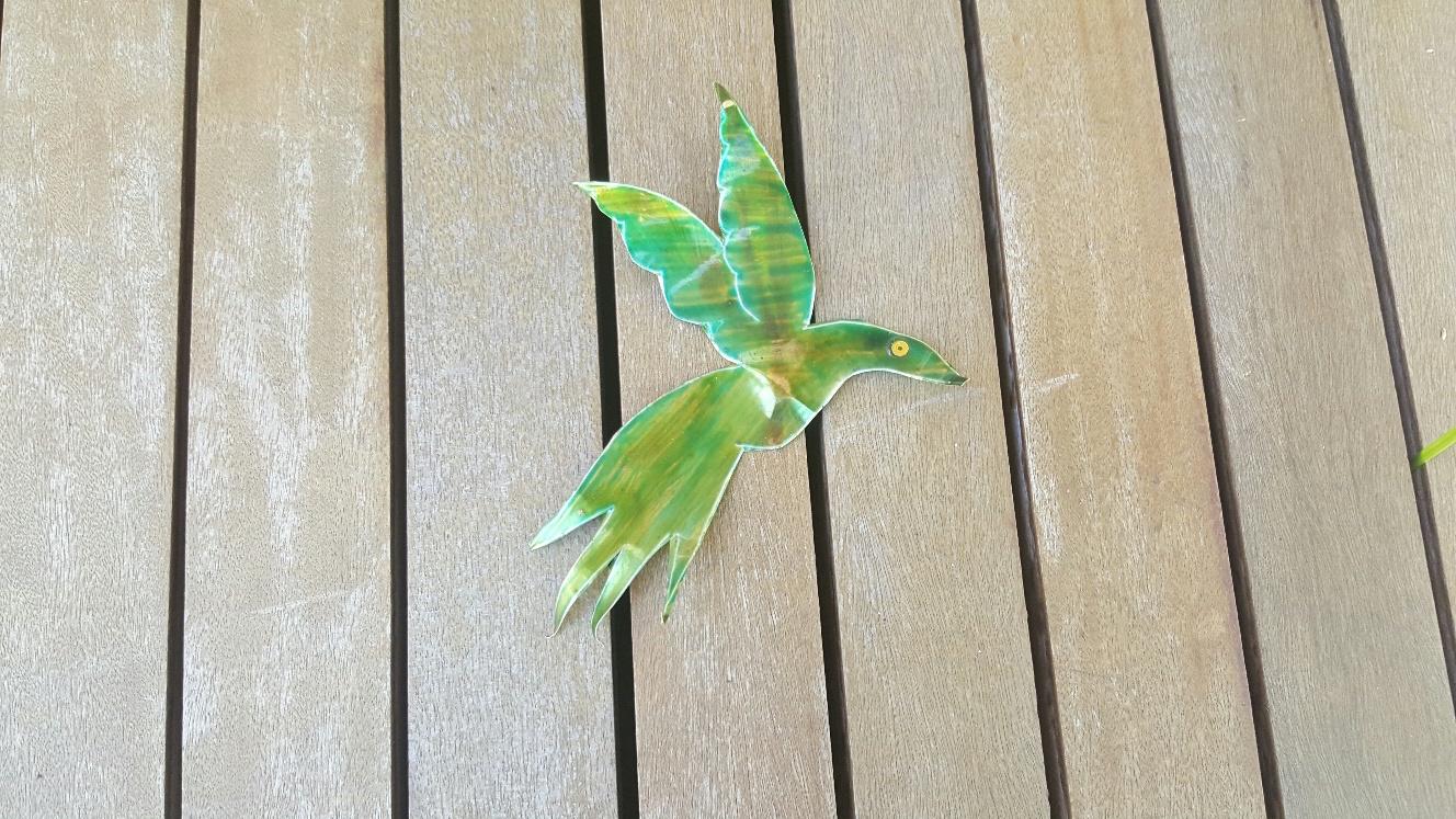 pássaro de papel sobre deck