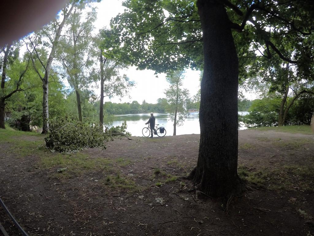 Homem de bicicleta no parque