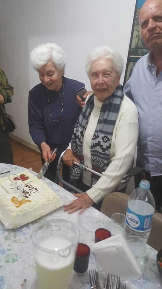 Clara Charf em frente ao bolo de seus 92 anos