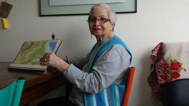 Mãe da escriba segurando mapa