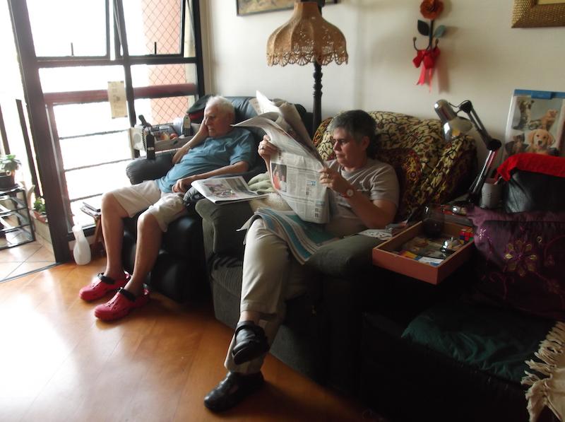 Eu lendo jornal ao lado do pai