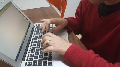mãos no teclado de computador