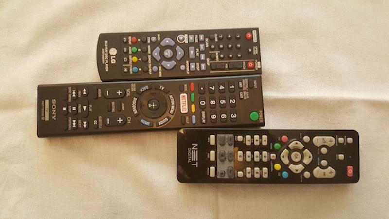 Três aparelhos de controle remoto